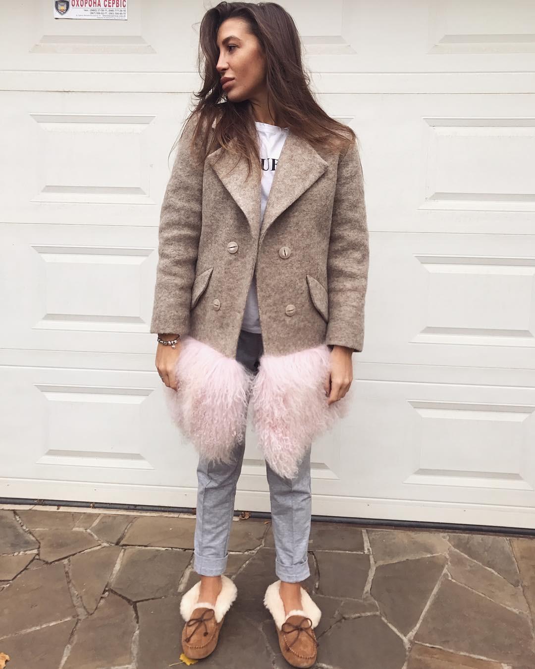 короткое серое пальто с меховой вставкой по низу