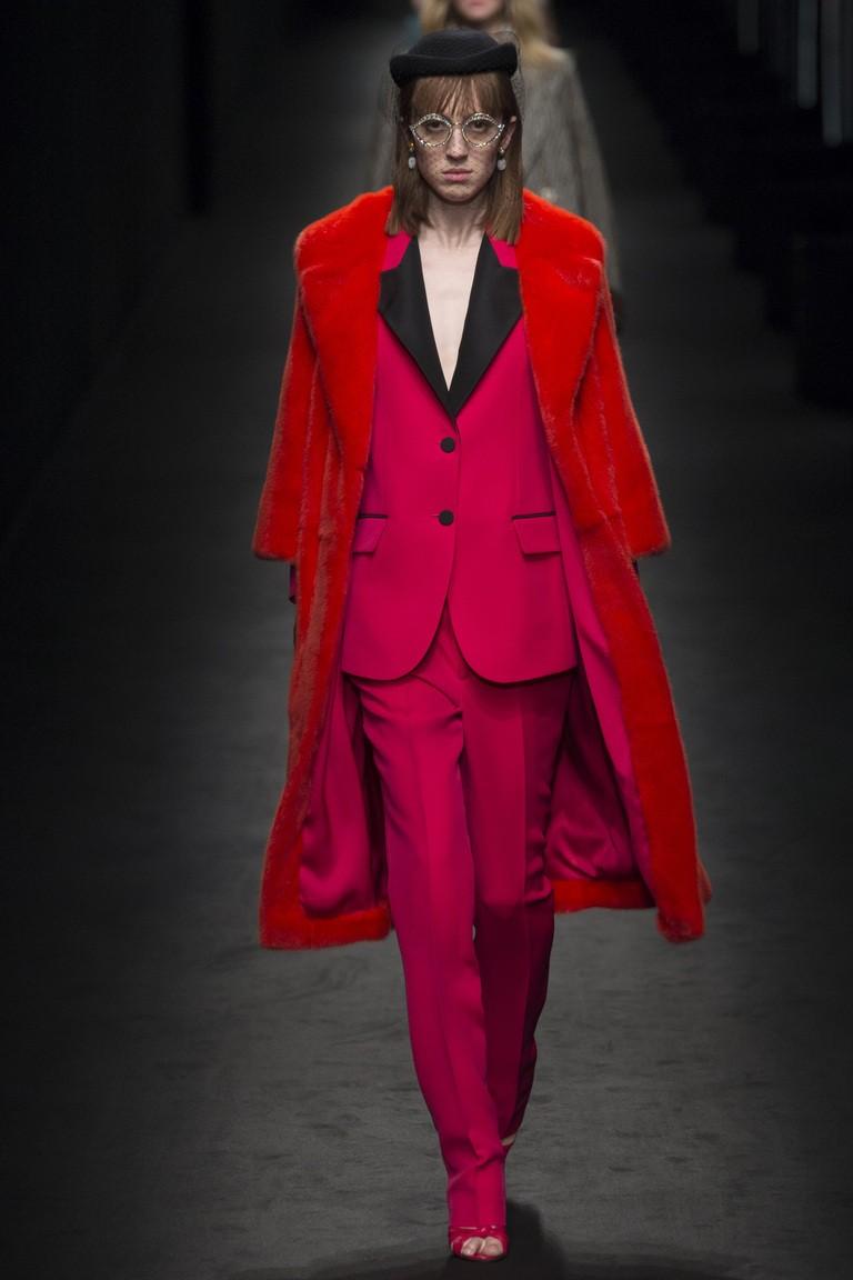 красное пальто миди из меха