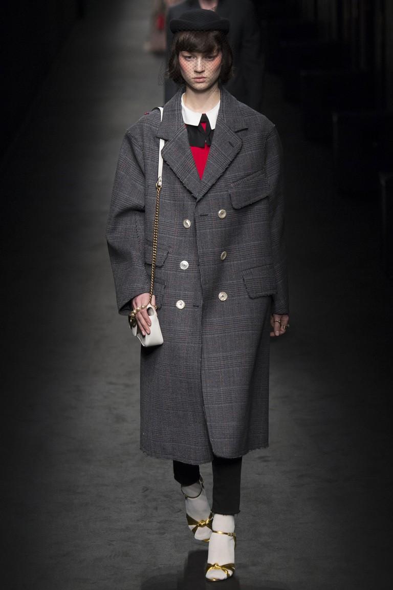 темно-серое пальто с пуговицами и отложным воротником