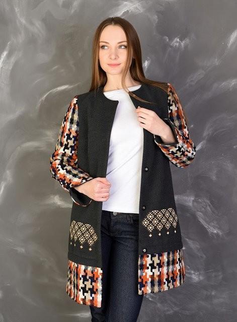короткое пальто с клетчатыми вставками