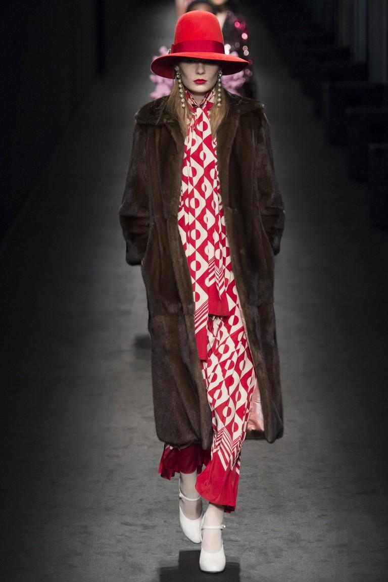 длинное меховое пальто