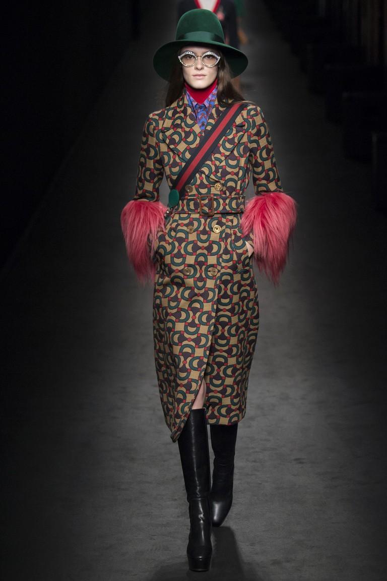 пальто мелкий принт с меховой отделкой на рукавах