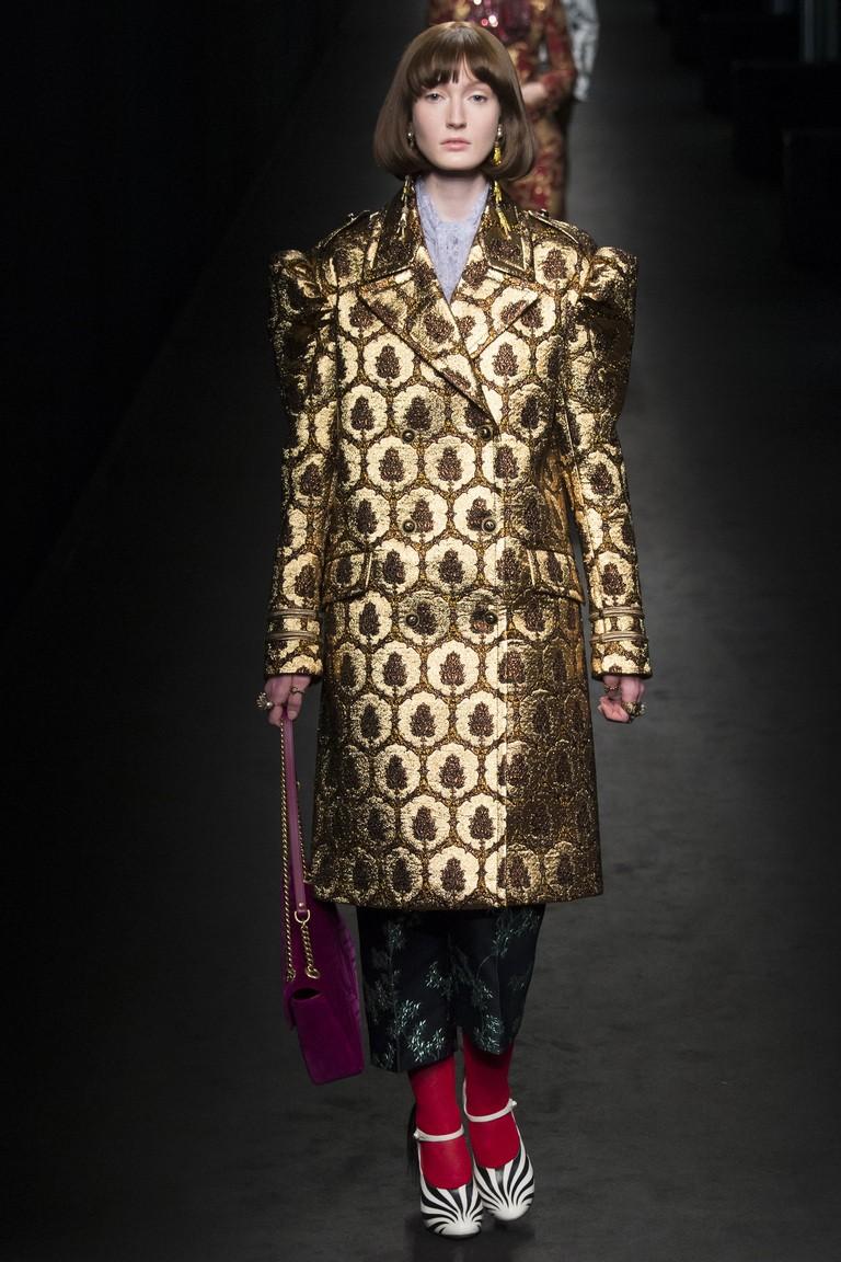пальто золотого цвета с геометрическим рисунком