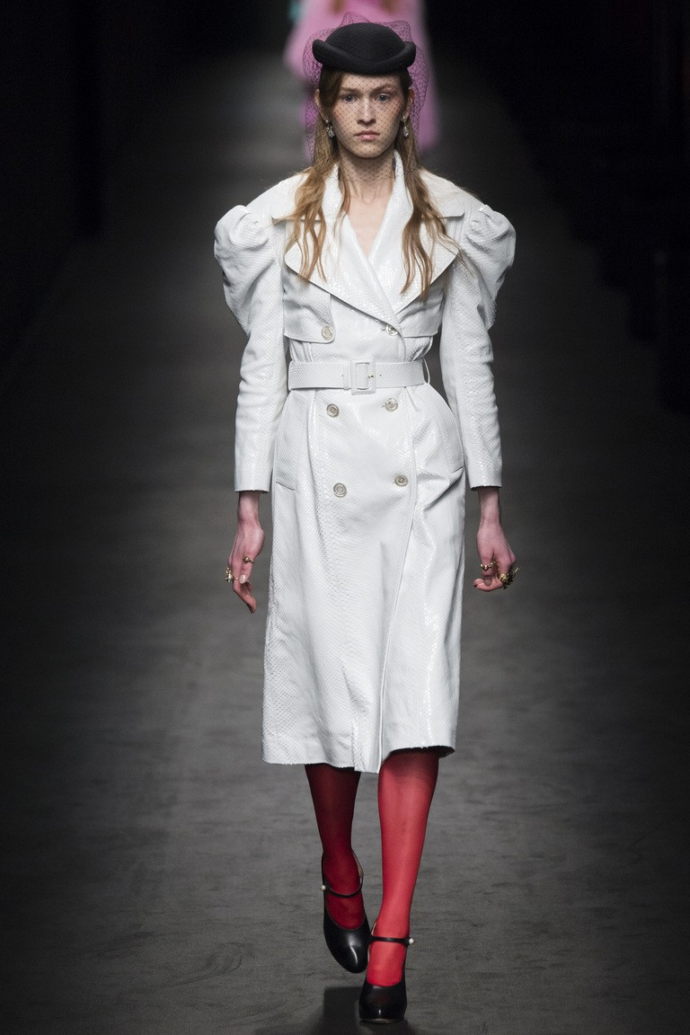 белое пальто с объемными рукавами