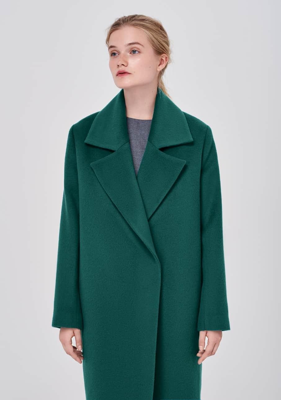 темно-зеленое пальто оверсайз