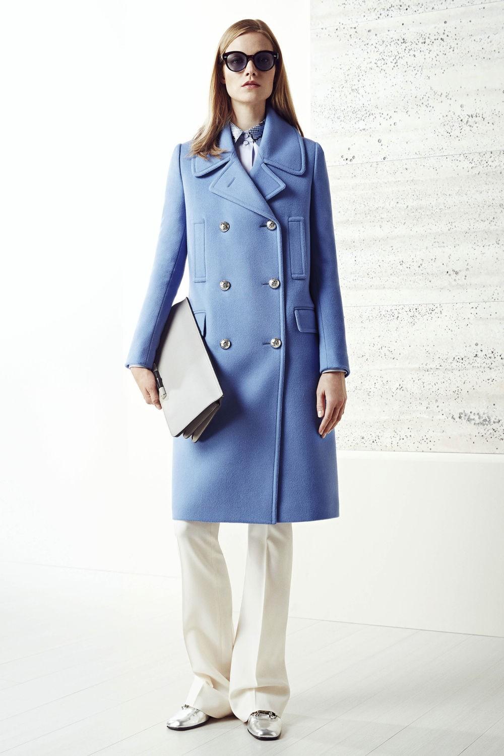 голубое двубортное пальто