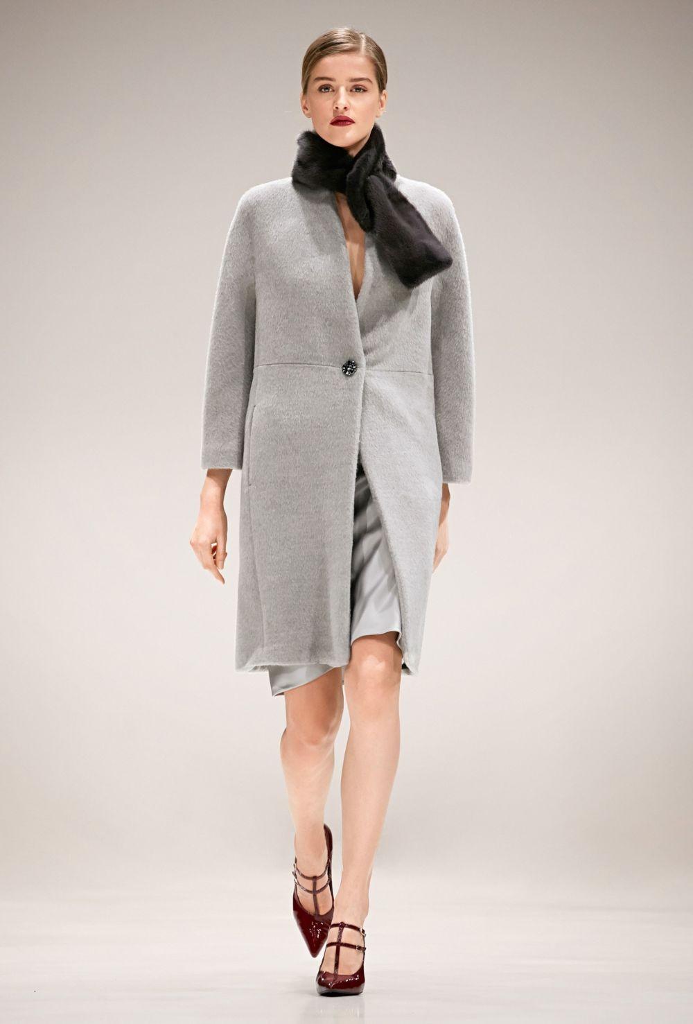 светло-серое пальто с одной пуговицей