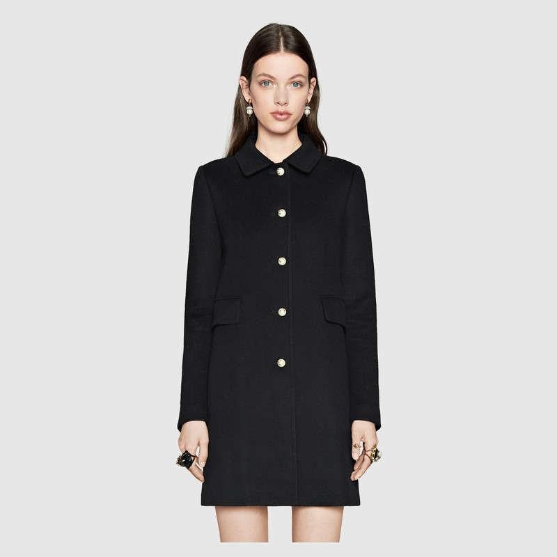 черное короткое пальто с металлическими пуговицами