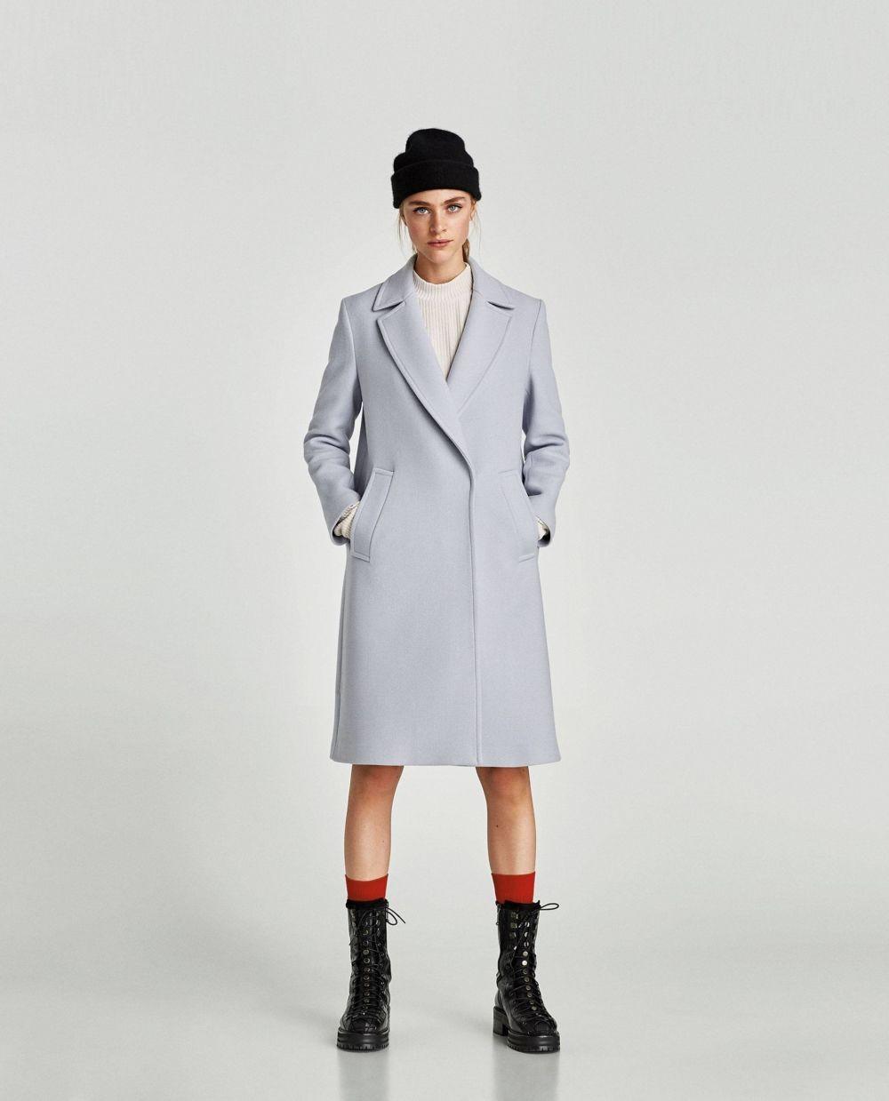 светло-серое пальто прямого кроя