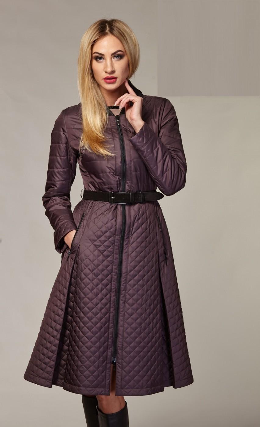 коричневое стеганное пальто с расклешенным низом