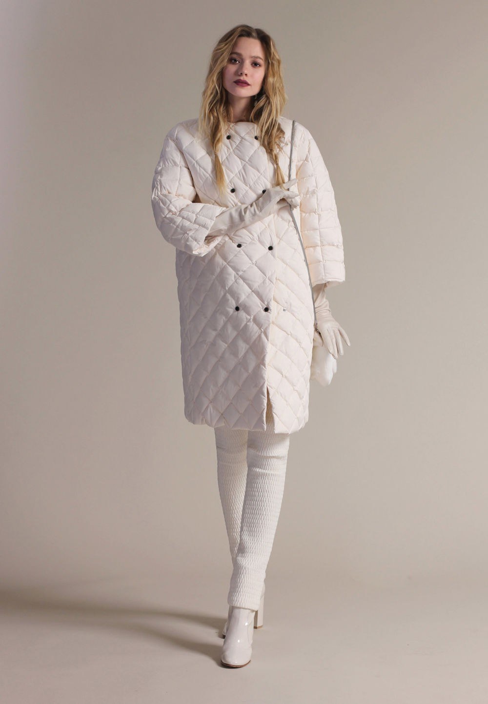белое стеганное пальто на пуговицах