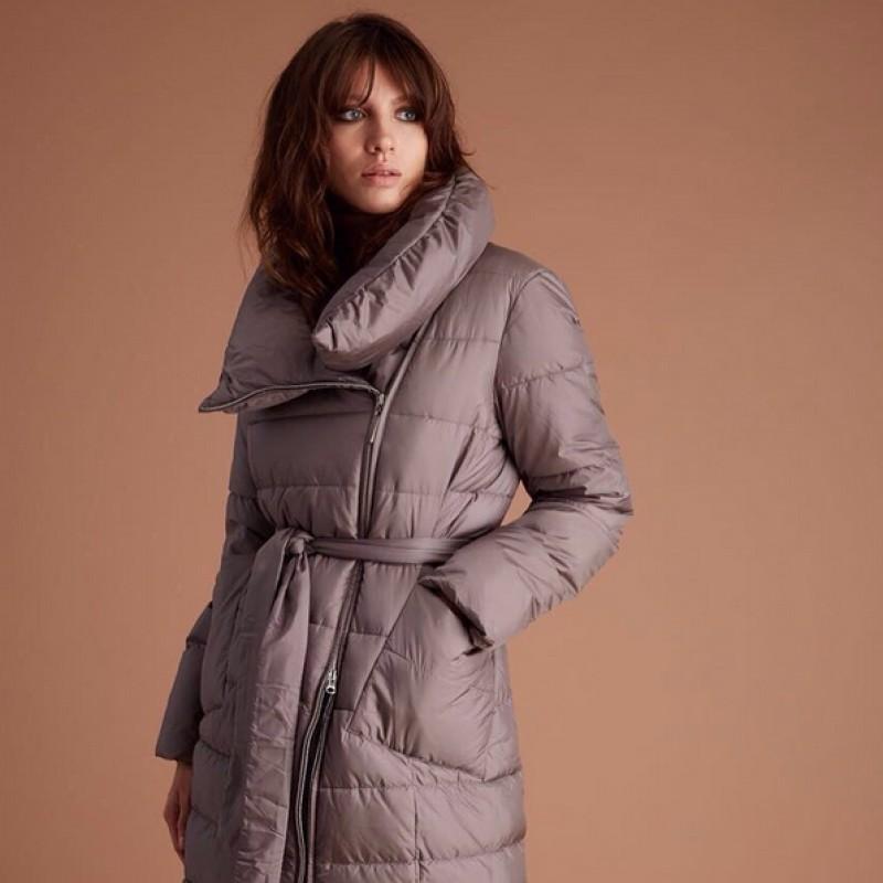серое болоньевое пальто с объемным воротником