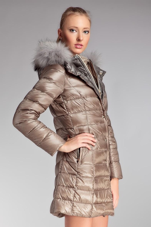бежевое блестящее стеганное пальто с капюшоном