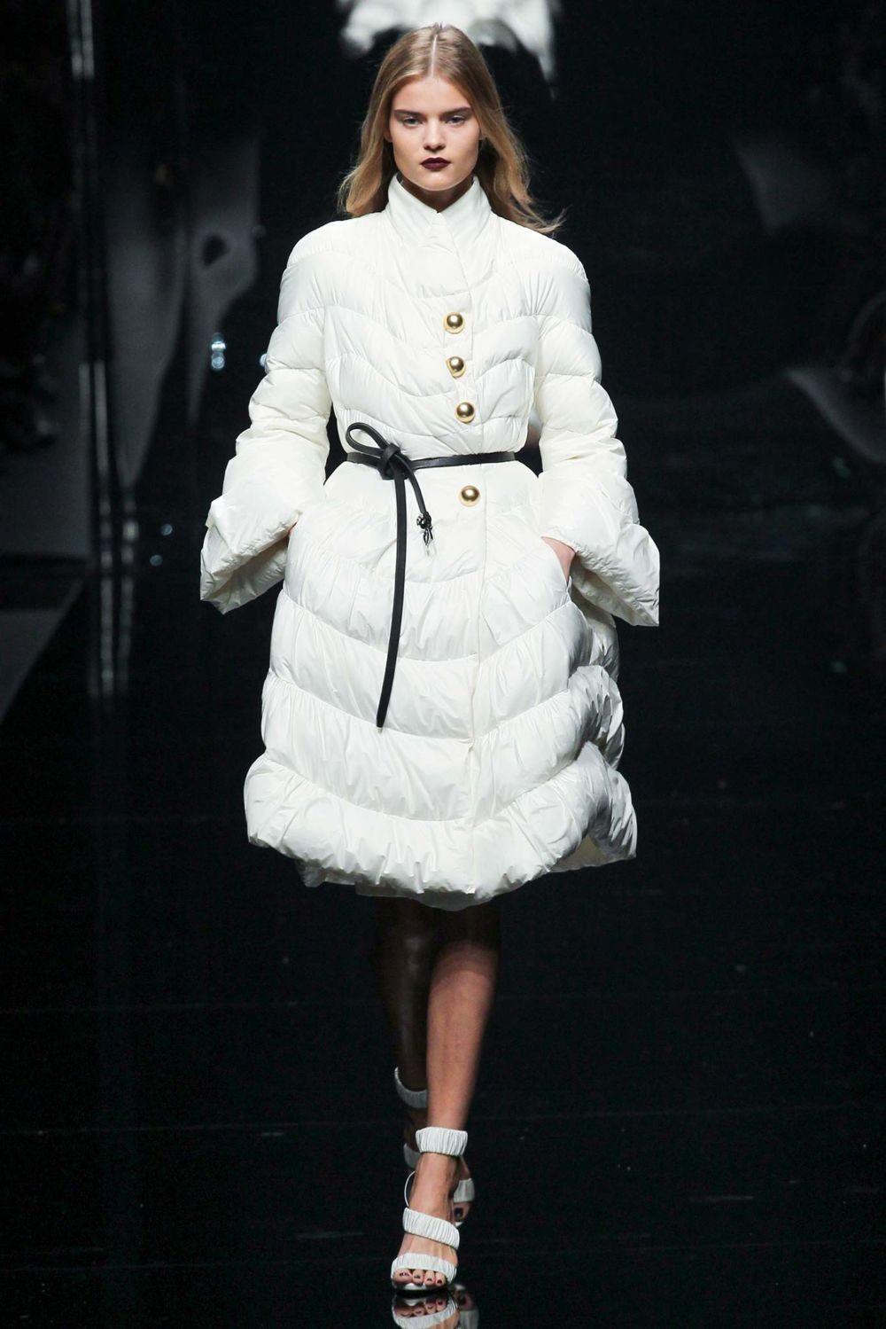 белое расклешенное пальто на синтепоне