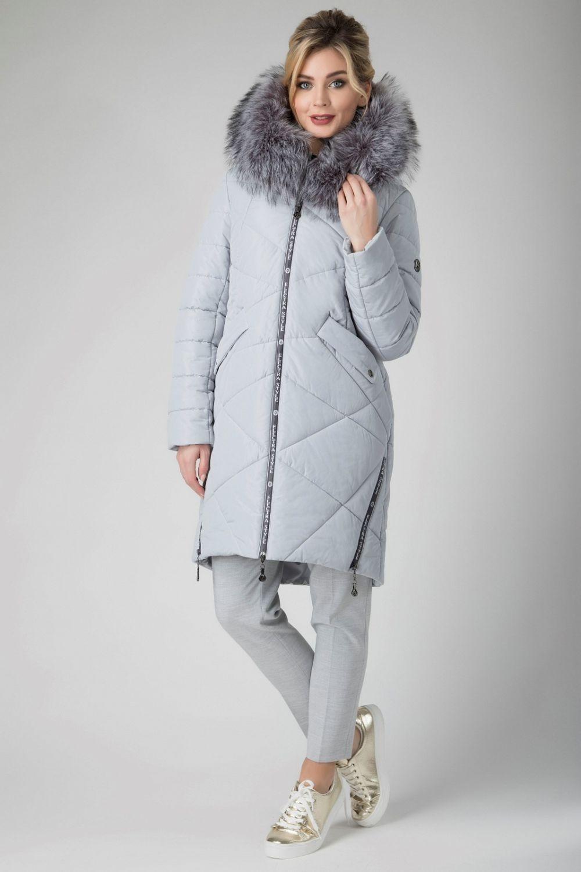 светло-серое стеганное пальто с меховой отделкой