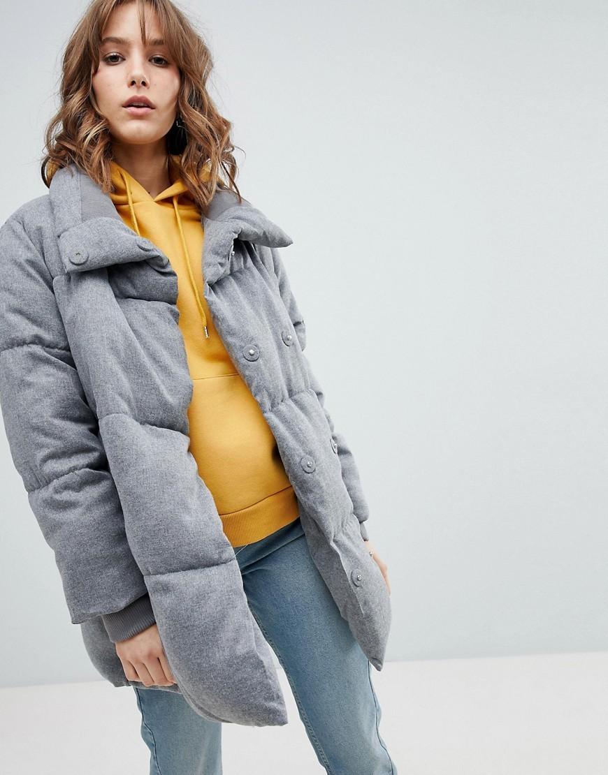 серая объемная куртка пальто