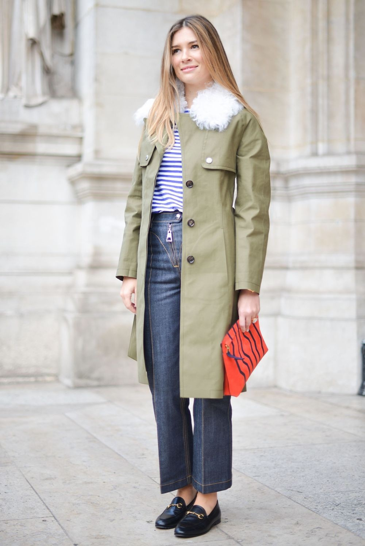 светло-серое пальто с воротником из меха