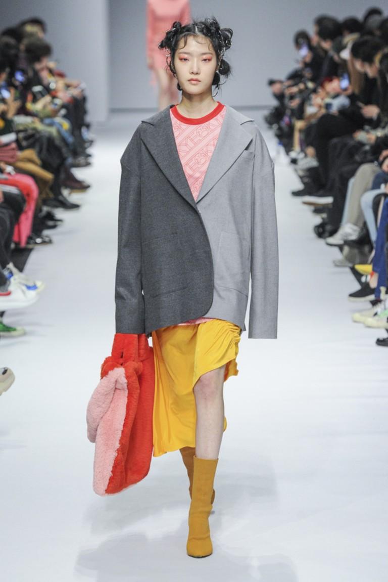 серое двухцветное пальто