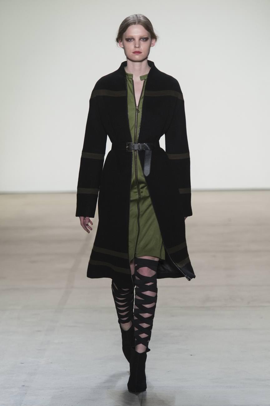 черное пальто с горизонтальными полосами