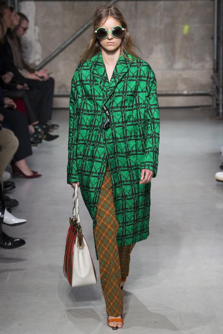 зеленое пальто с геометрическим принтом
