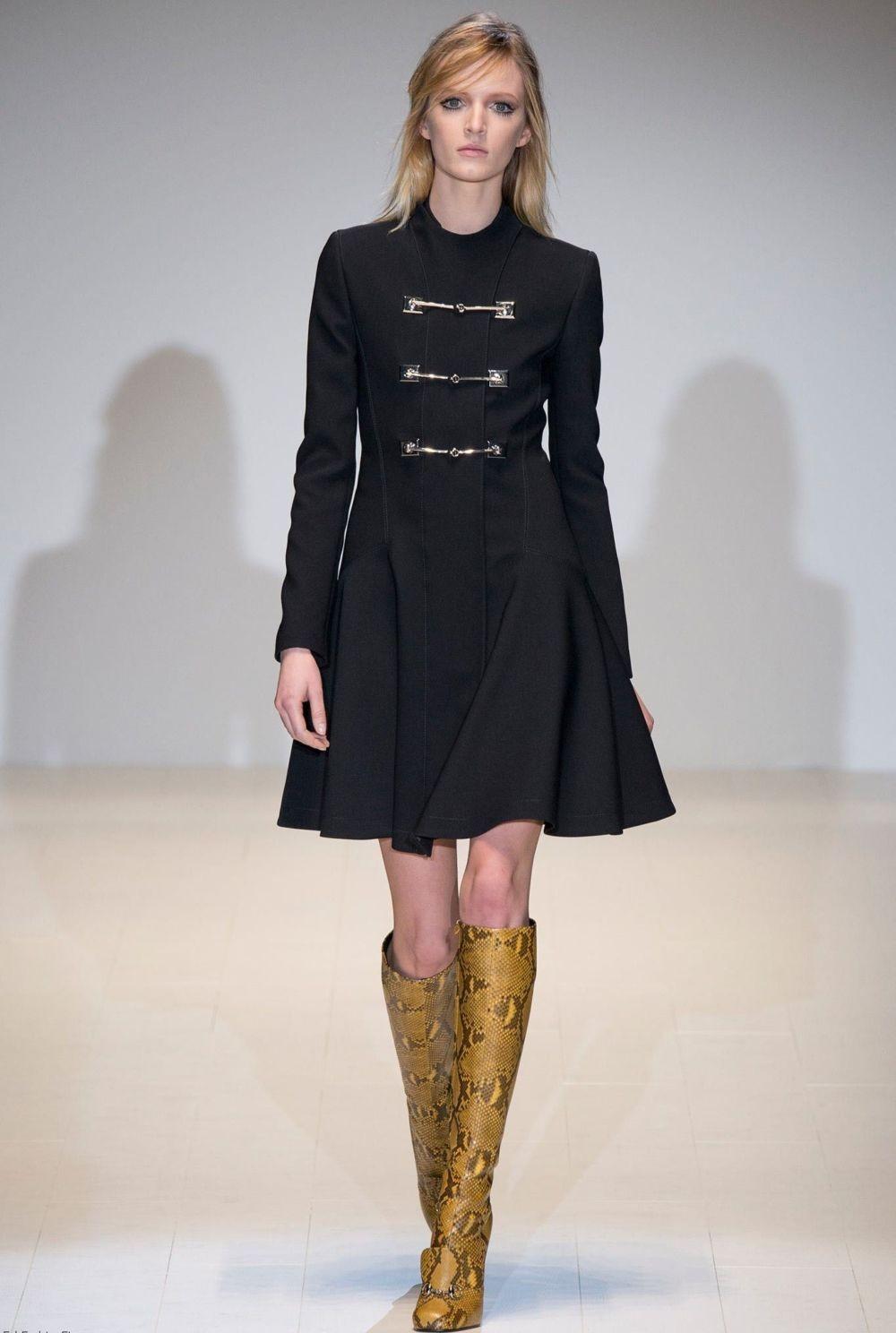 черное пальто в военном стиле