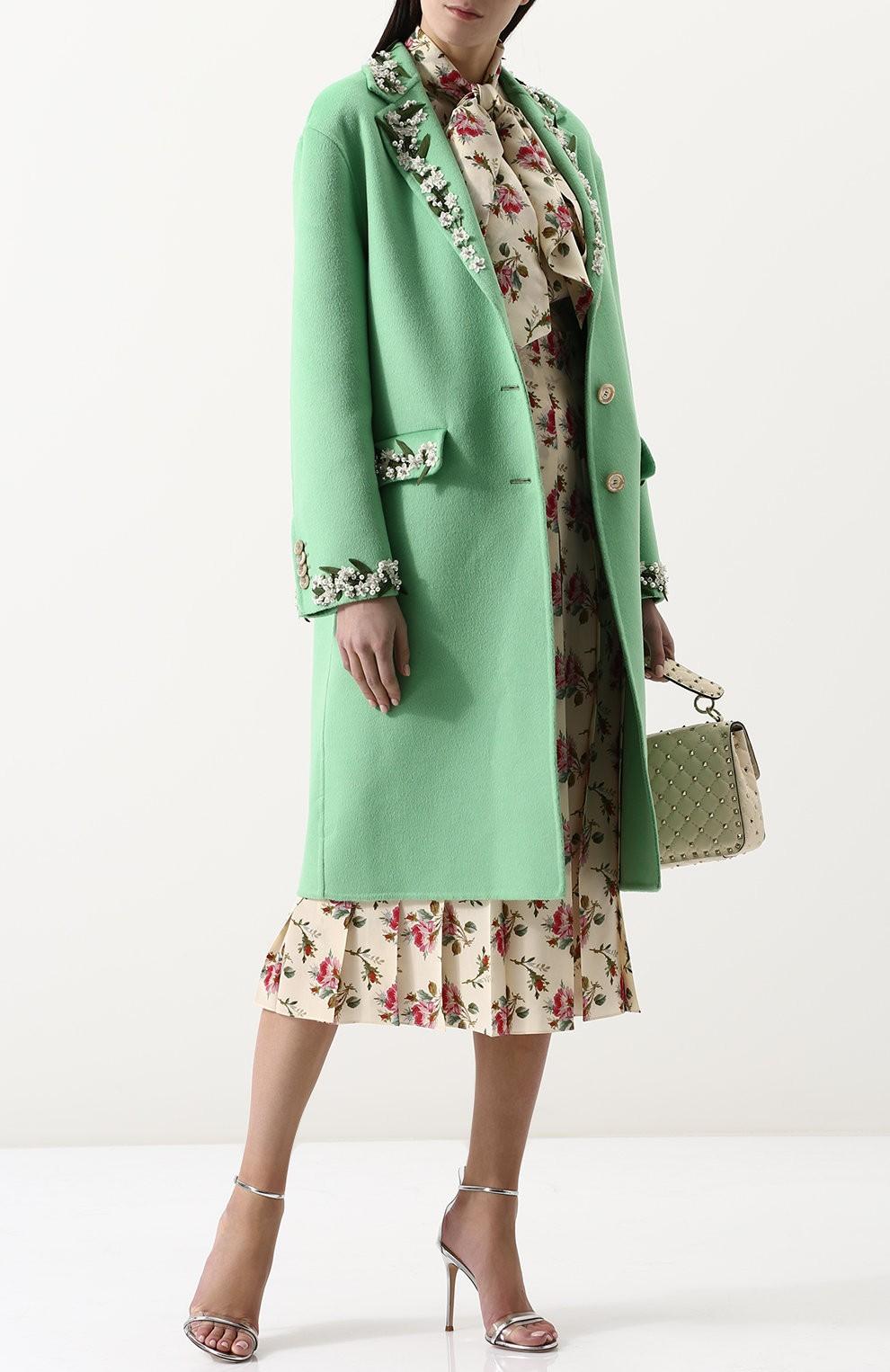 светло-зеленое пальто с цветочным декором