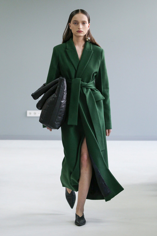 широкое зеленое пальто с поясом