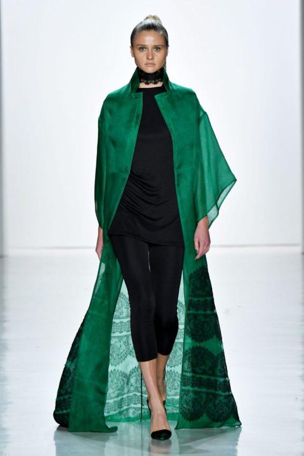 Модные цвета весна лето 2019: черное платье и длинная зеленая накидка