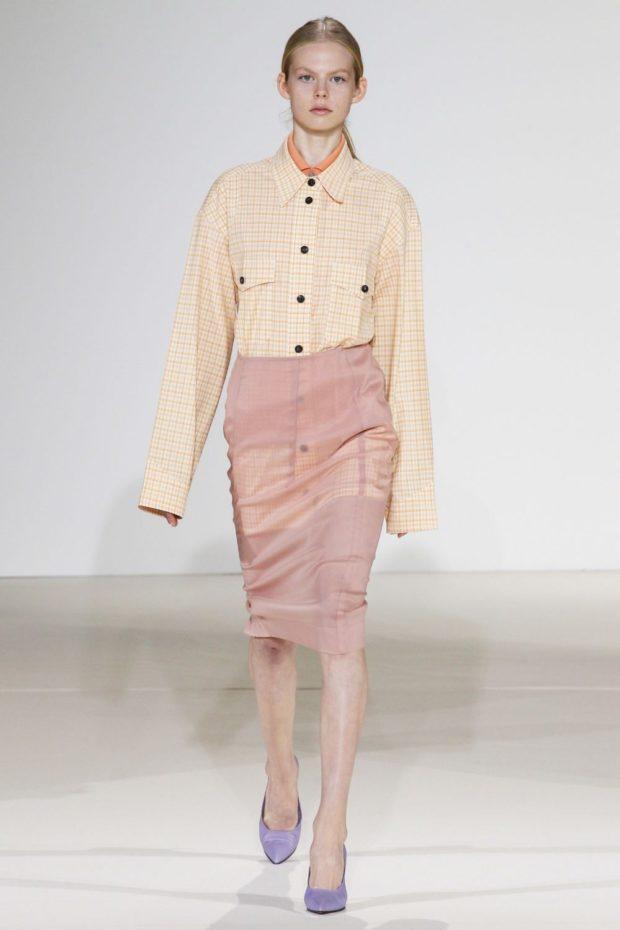 Модные цвета весна лето 2019: пудровая юбка и светлая блуза