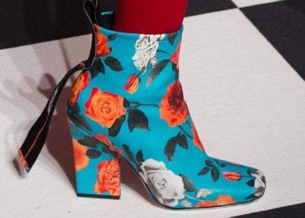 голубые ботинки с цветочным рисунком