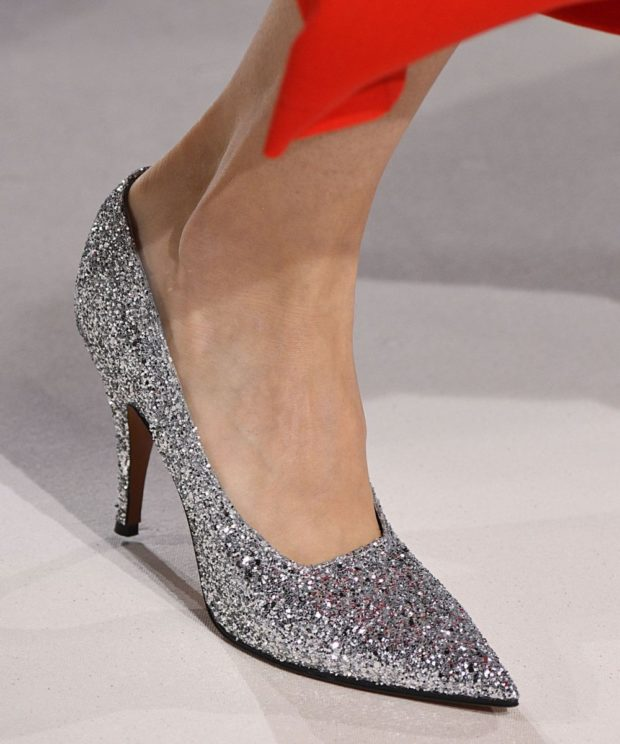 серебристые блестящие туфли лодочки