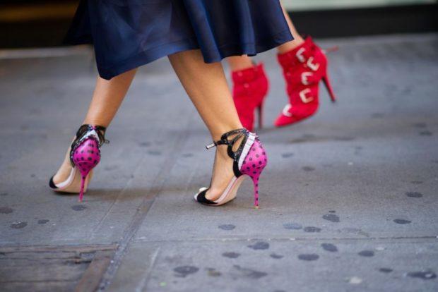 яркие туфли на шпильке