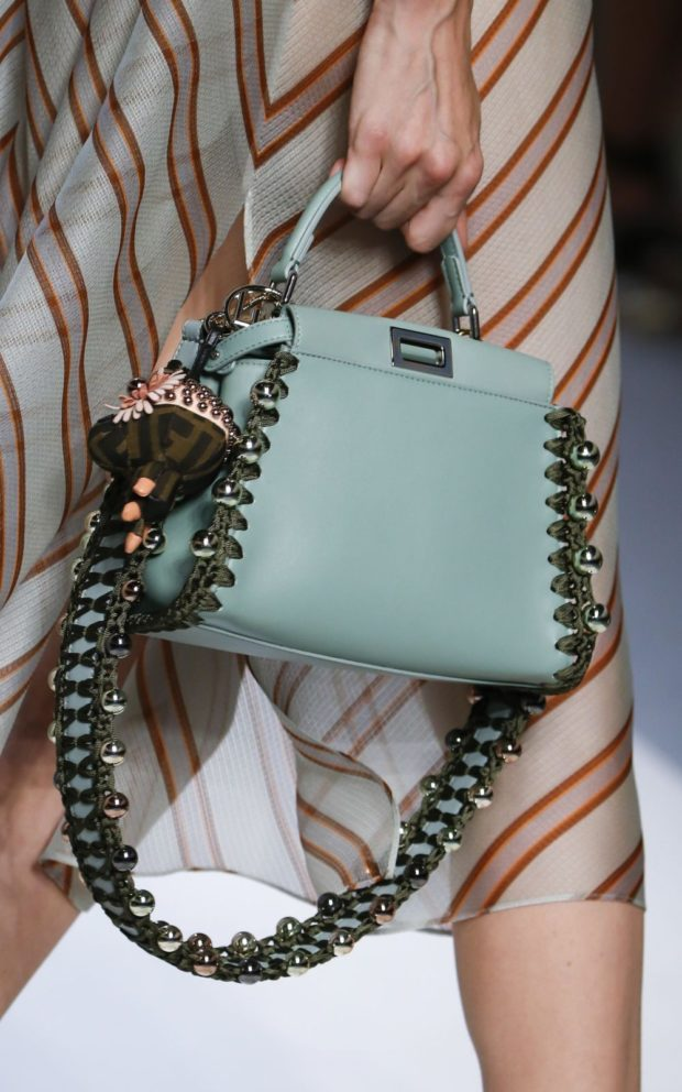 светло-голубая сумка с металлическими бусинами