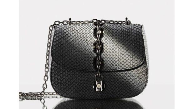 черная сумка с металлическим декором