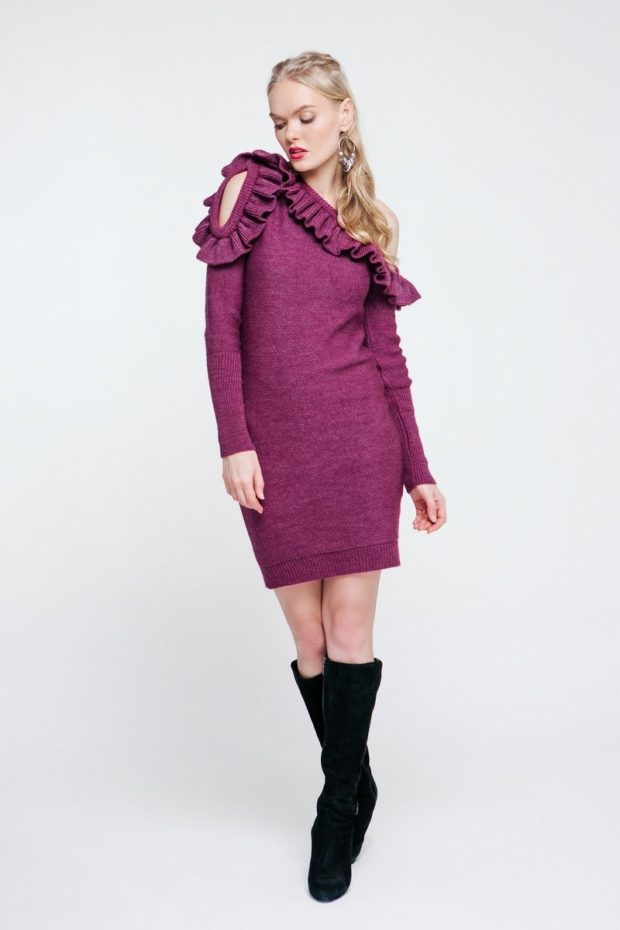 фиолетовое платье с асимметричным верхом и рюшами