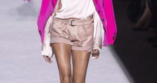 бежевые шорты и пиджак цвета фуксии