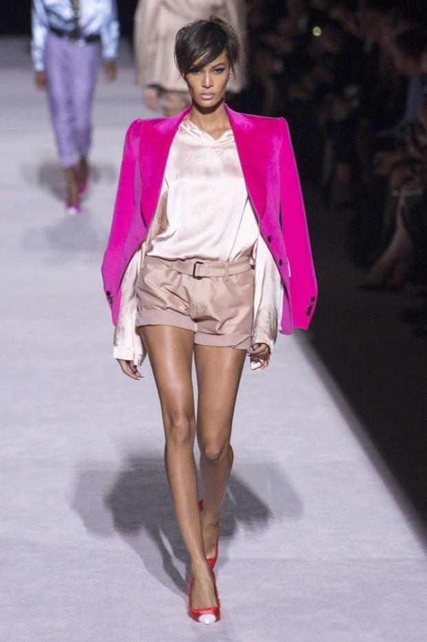 Модные цвета весна лето 2019: бежевые шорты и пиджак фуксии