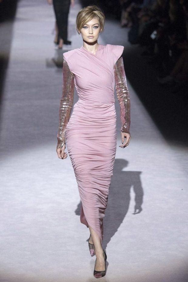 Модные цвета весна лето 2019: светло-розовое платье с блестящими рукавами