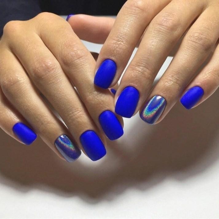 ярко-синий маникюр с металлическими элементами