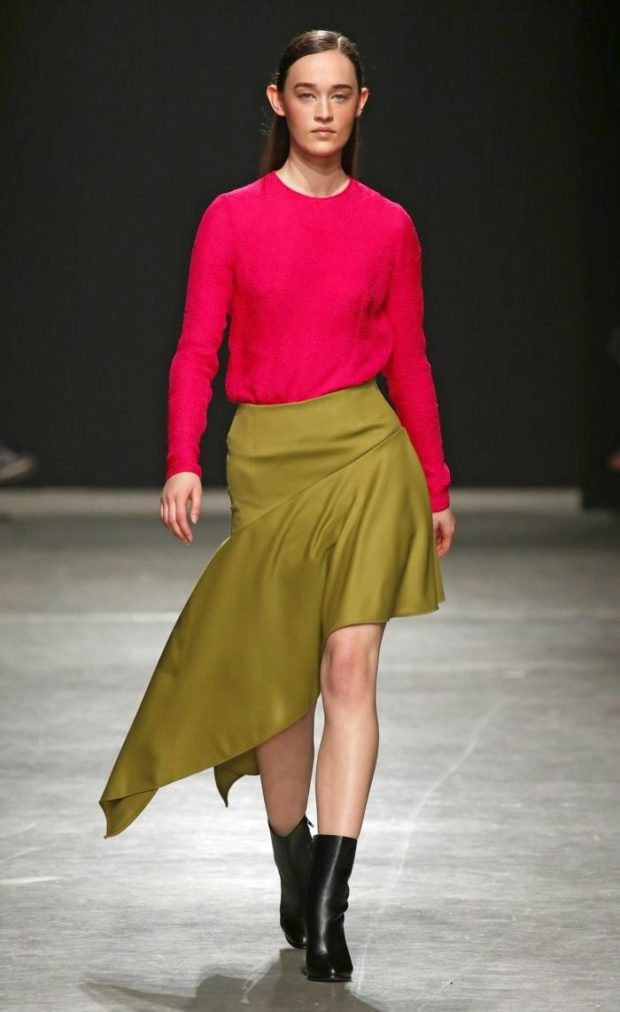 Модные цвета весна лето 2019: оливковая юбка и розовый свитер
