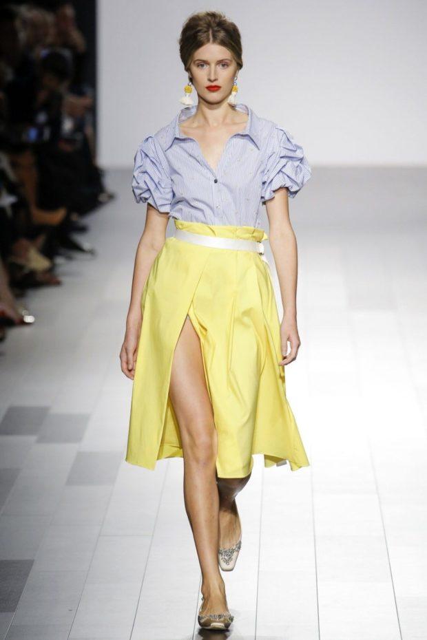 желтая юбка с разрезом и светло-голубая блуза