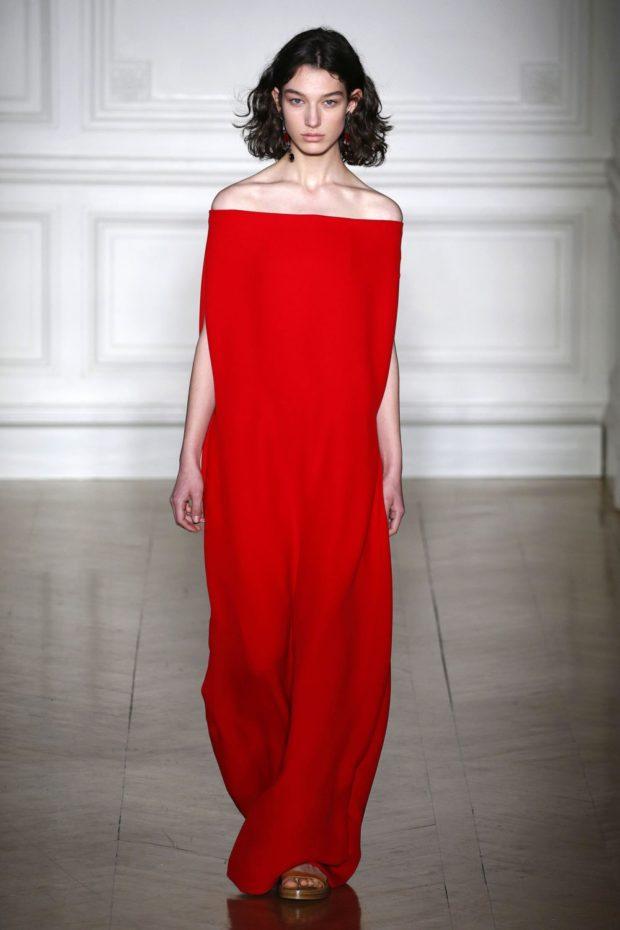 Модные цвета весна лето: длинное красное платье с открытыми плечами