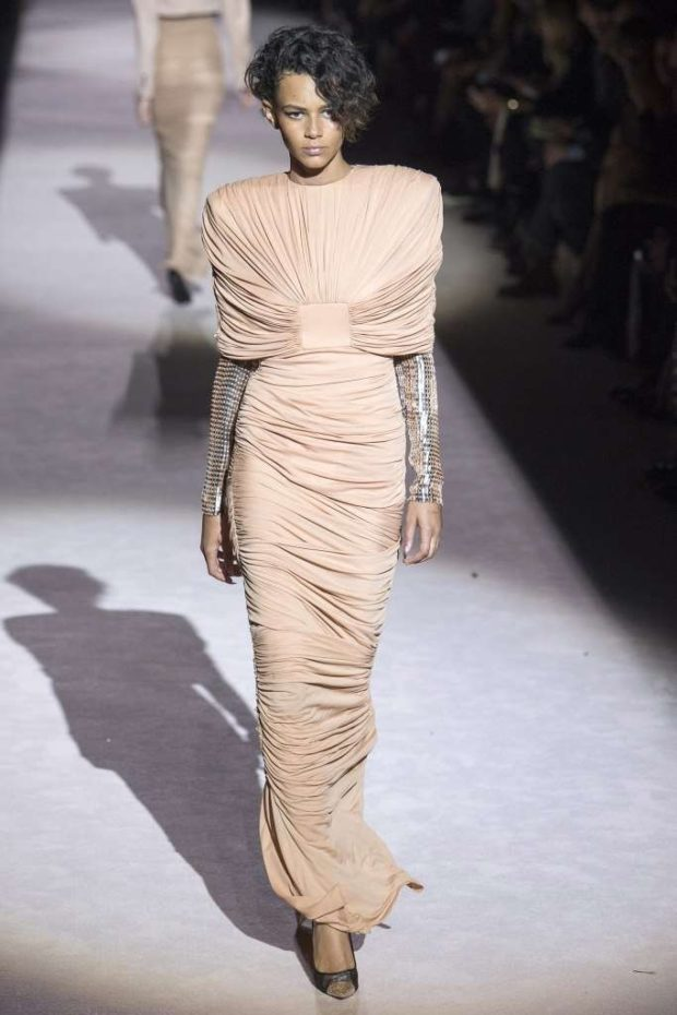 длинное платье нюдового оттенка