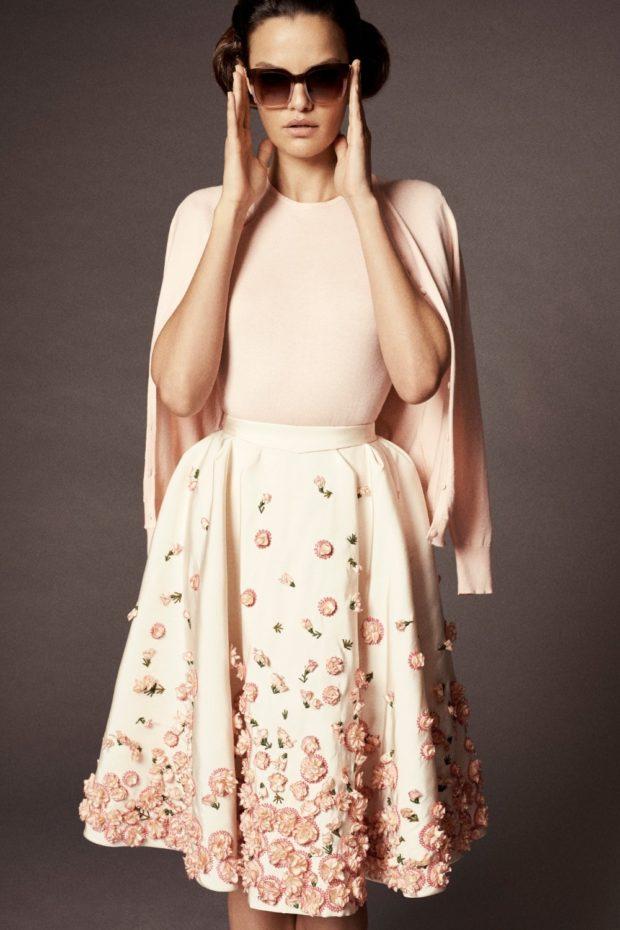 платье пастельного оттенка с декором