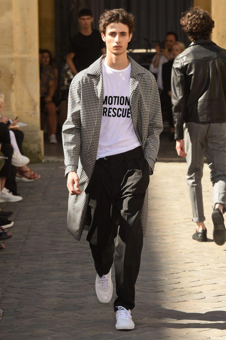 черные брюки белая футболка и серая куртка