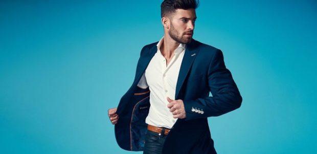 пиджак синего цвета, белая рубашка, джинсы