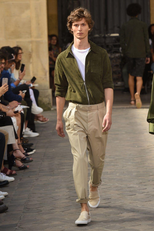 брюки и зеленая рубашка
