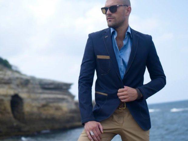 рыжие брюки, синий пиджак