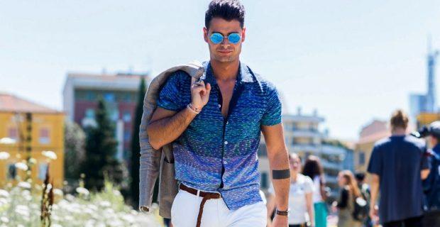 синяя рубашка с коротким рукавом и белые джинсы