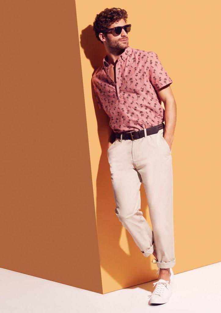 розовая рубашка и белые джинсы